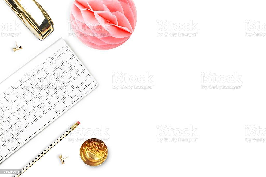 Escritório mulher e objetos de mesa brancas. TV leigos foto royalty-free