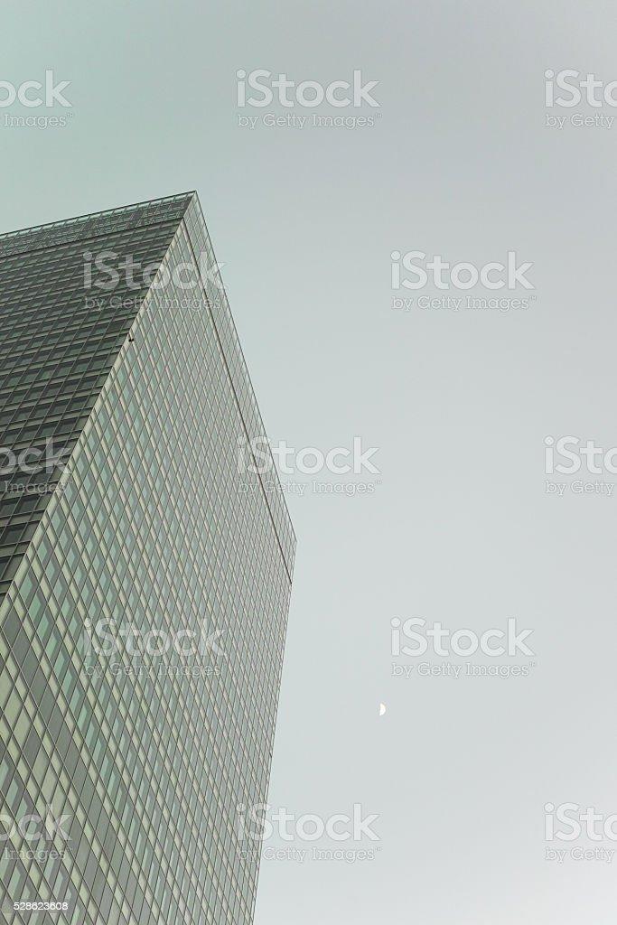 Tour de bureaux et croissant de lune photo libre de droits