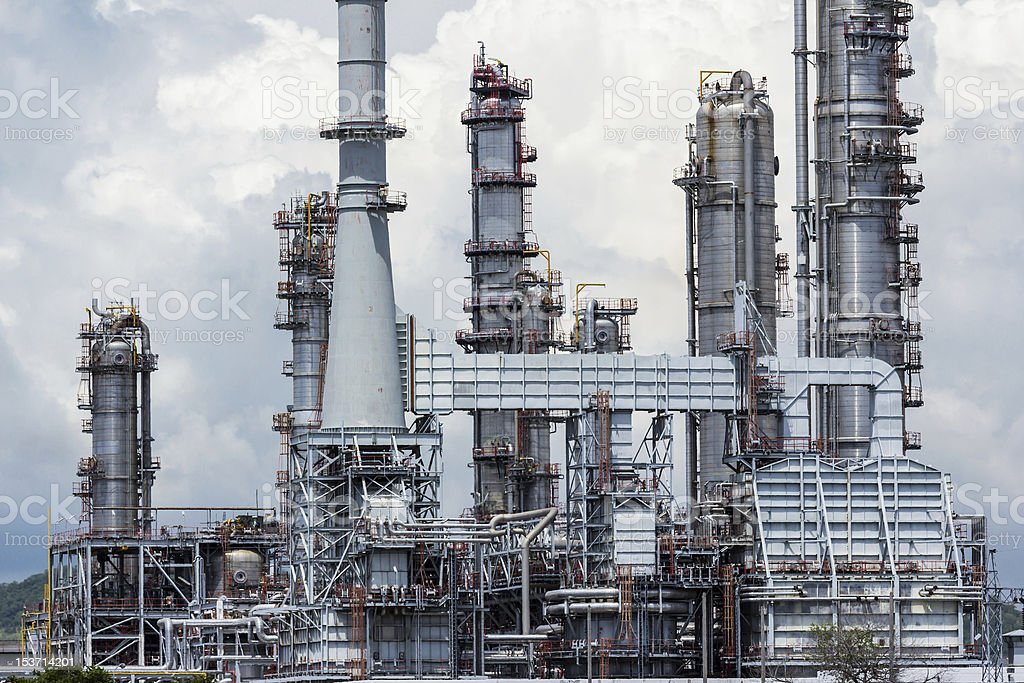 Impianto di Raffineria di olio contro il cielo blu foto stock royalty-free