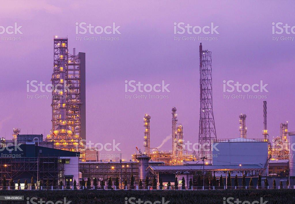 Impianto di Raffineria di petrolio a twilight mattina e fumo foto stock royalty-free