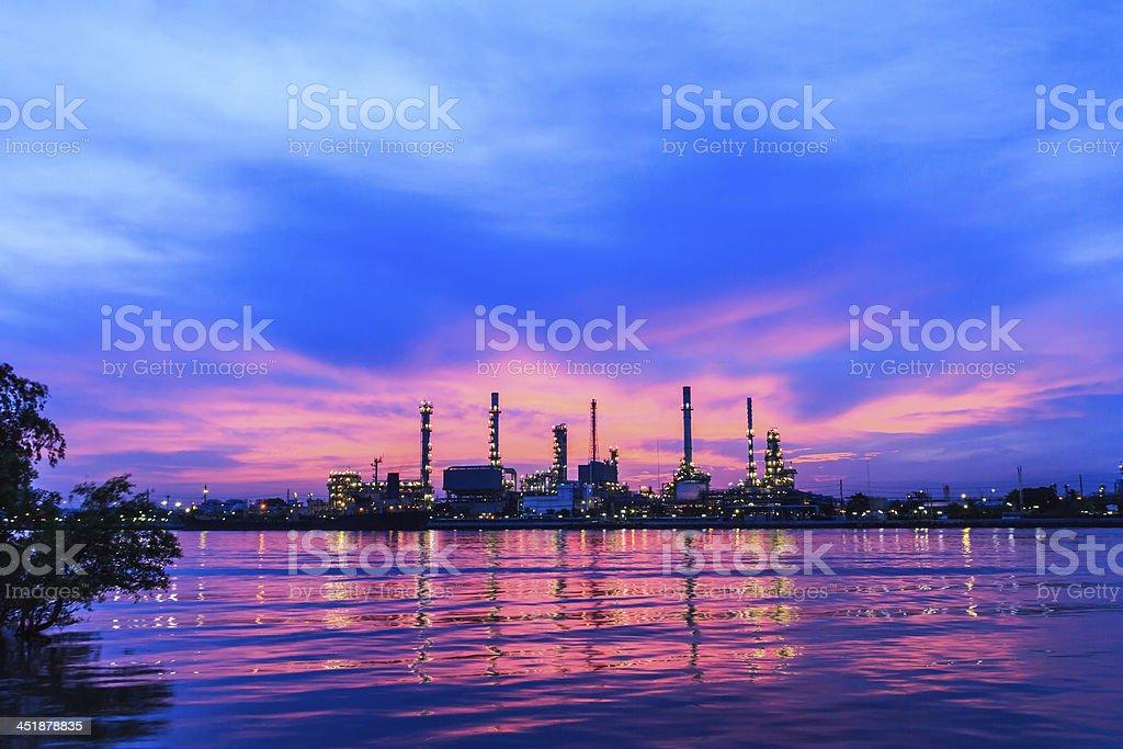 Impianto di Raffineria di petrolio a twilight mattina foto stock royalty-free