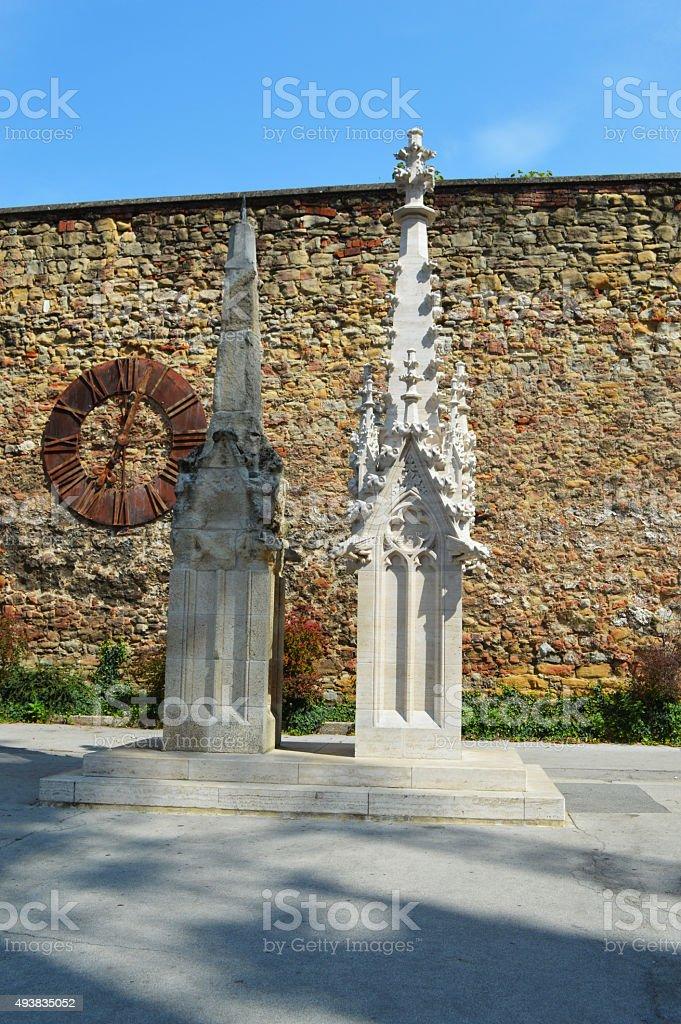 Antiguo y lo nuevo catedral de zagreb aguja foto de stock libre de derechos