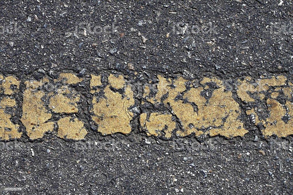Stary tekstura asfaltu z żółtą linią przerywaną zbiór zdjęć royalty-free