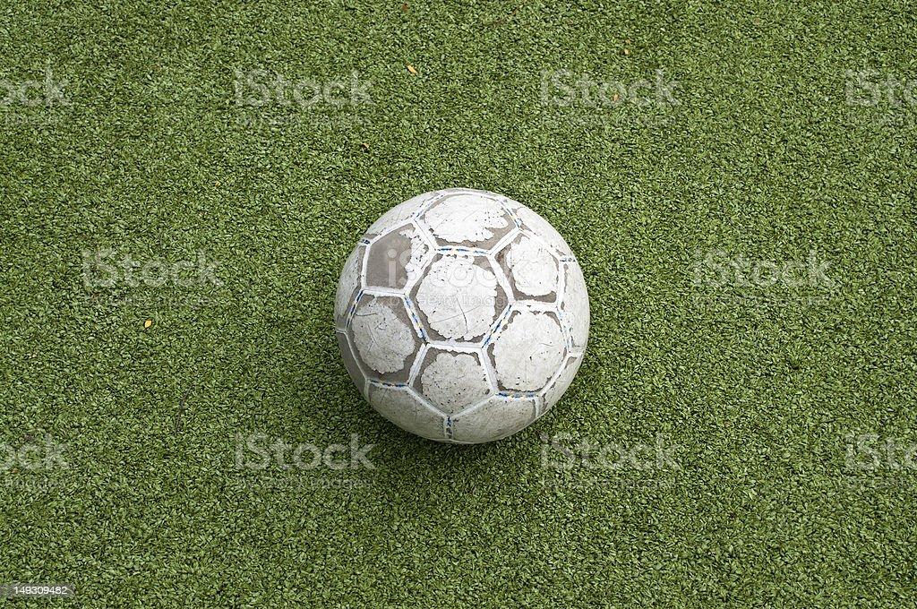 Stary Piłka na trawie zbiór zdjęć royalty-free