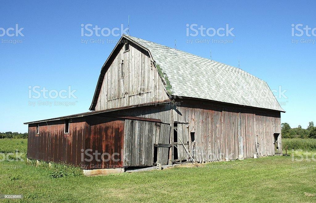 Старый Barn в синей и зеленой зоне Стоковые фото Стоковая фотография