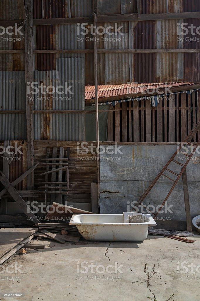 Vieille maison abandonnée baignoire en photo libre de droits