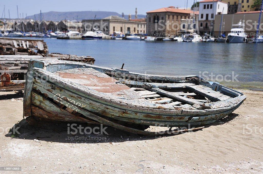 Vieux bateau dans le port sur le sable photo libre de droits