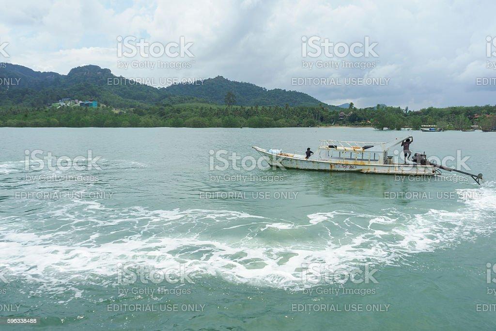 Old boat in the sea in Krabi, Thailand photo libre de droits