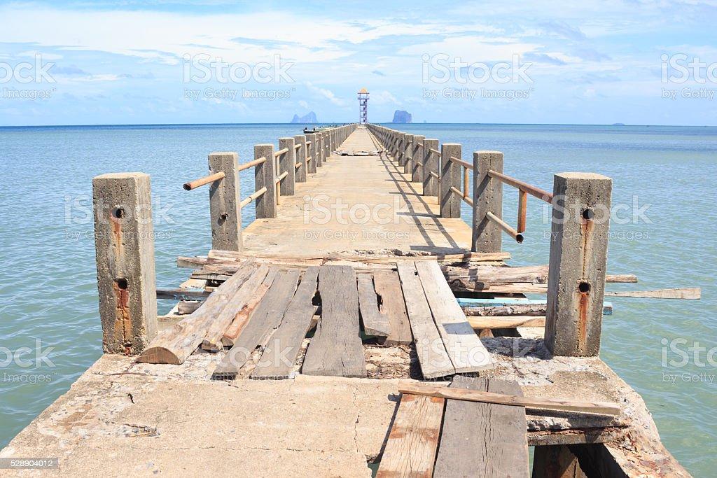 Старый ветхую строительства деревянных и цементный мост море Стоковые фото Стоковая фотография