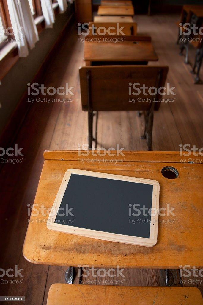 Ancienne en salle de classe avec bureau et étudiant Tableau noir photo libre de droits