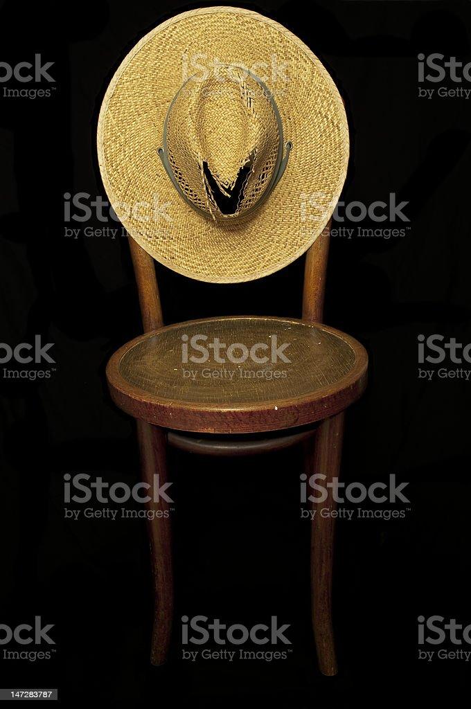 Chapéu velho e cadeira foto royalty-free