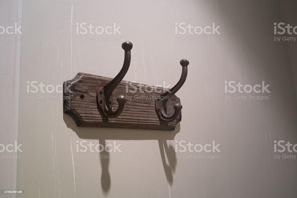 Vieux carré relié à agrafe sur le mur photo libre de droits