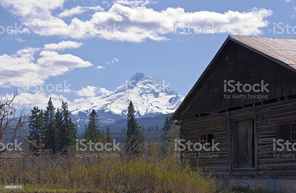 Vecchia casa nel bellissimo paesaggio foto stock royalty-free