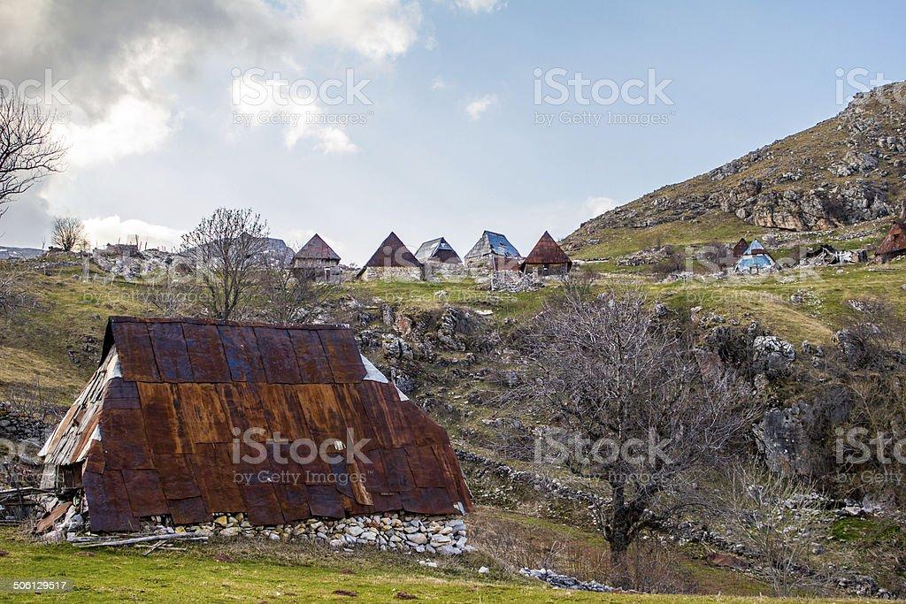 Old cabanas nas montanhas foto royalty-free