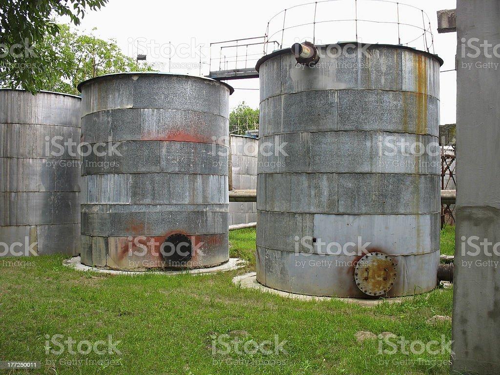 industrial velho enferrujado tanques de produtos químicos foto de stock royalty-free
