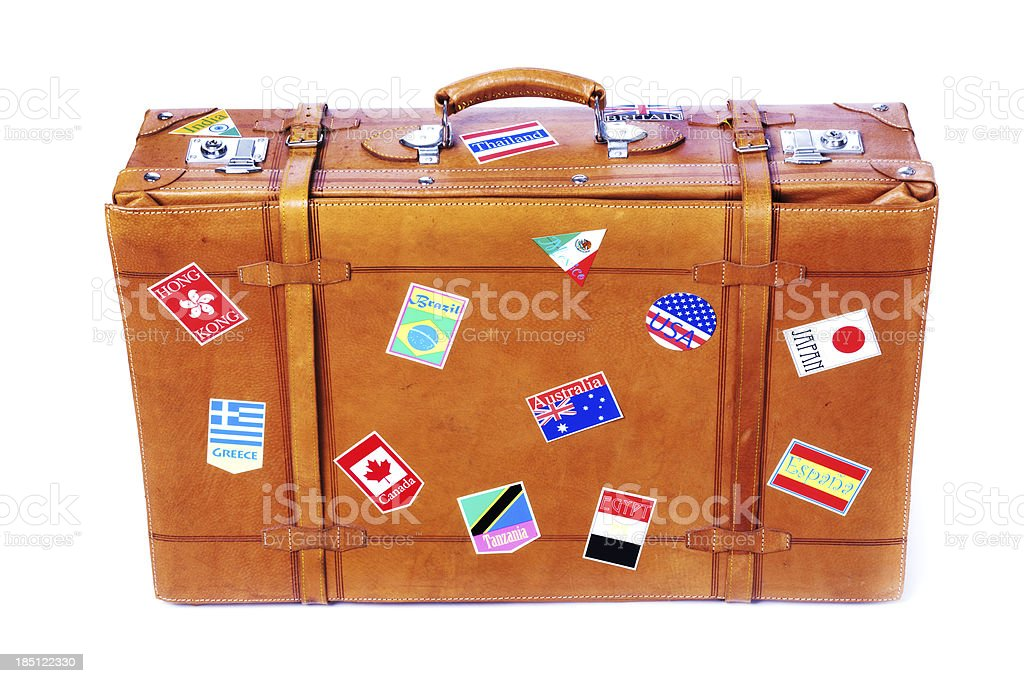 vieille valise de voyage en cuir avec des étiquettes sur blanc