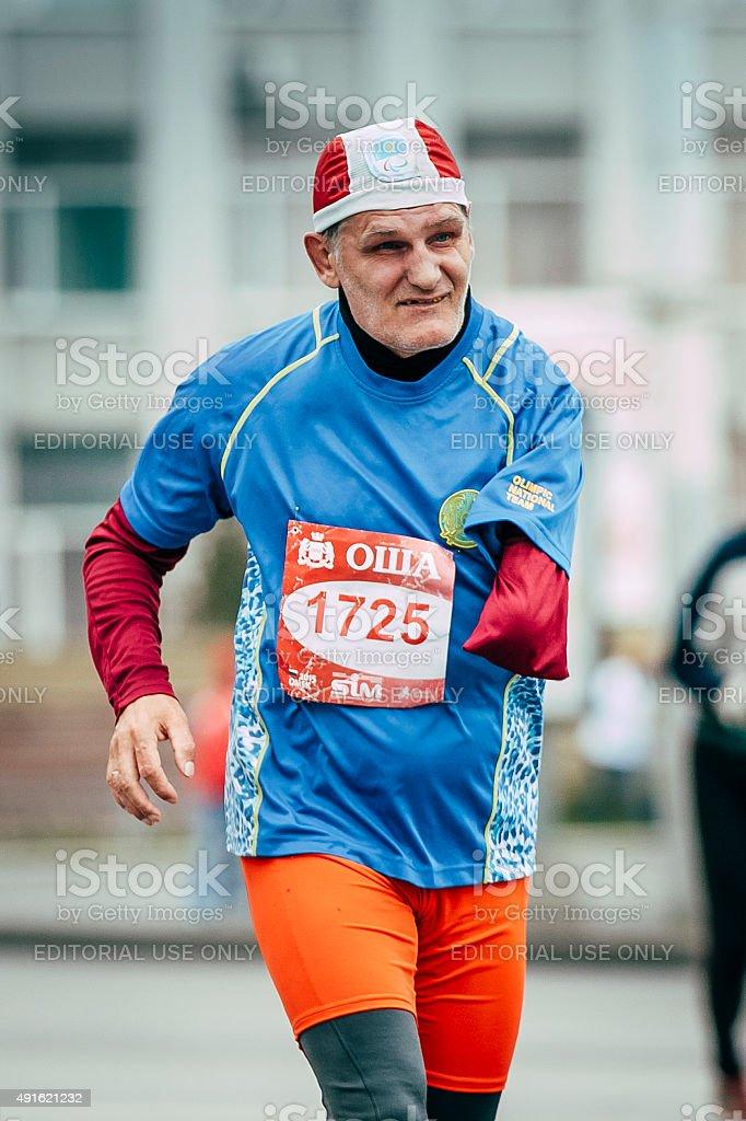 올드맨 달리기하는 사람 한 사람이 설정된 사용불가능 실행 침울 street royalty-free 스톡 사진