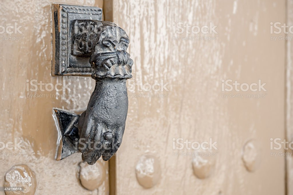 Old metal em uma argola de porta foto royalty-free