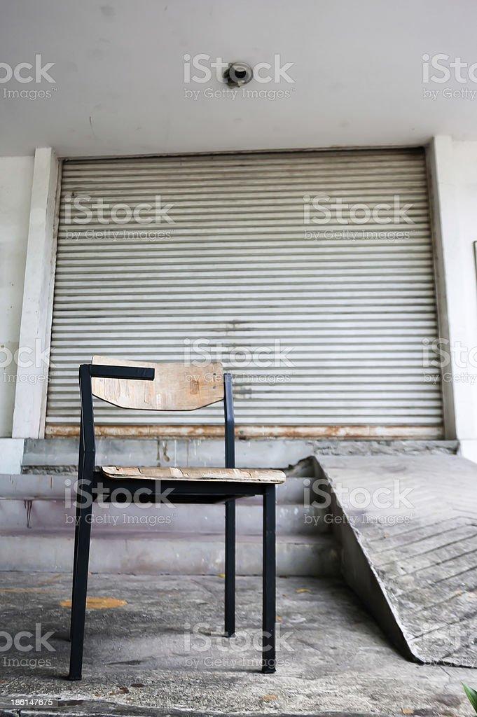 Старый металлический lecture кресло перед завод Стоковые фото Стоковая фотография