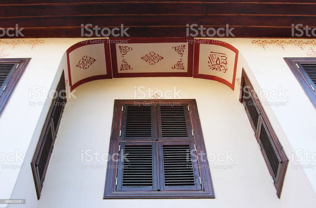 Старый диван окна здания Стоковые фото Стоковая фотография