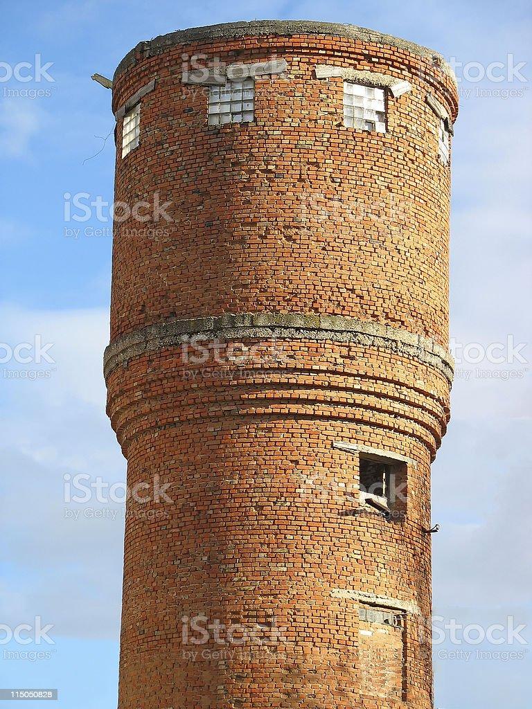 Antigo tijolo vermelho com céu azul Torre de água foto de stock royalty-free