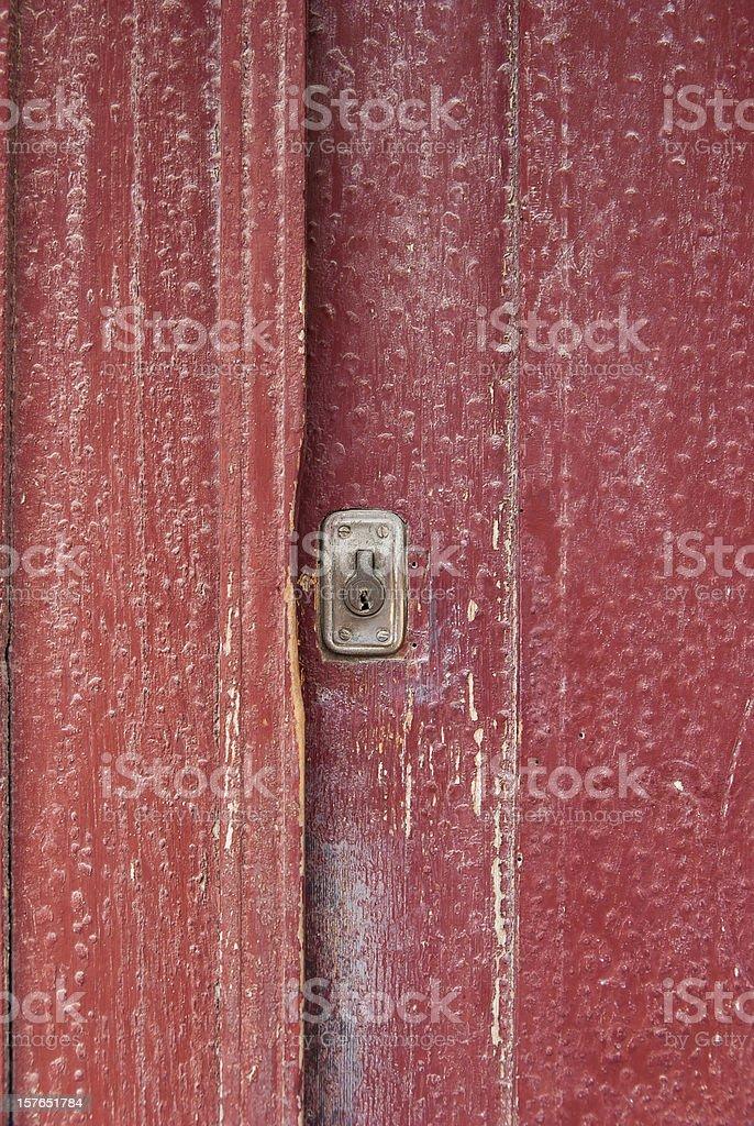 Antigua puerta rojo con cerradura de llave - foto de stock