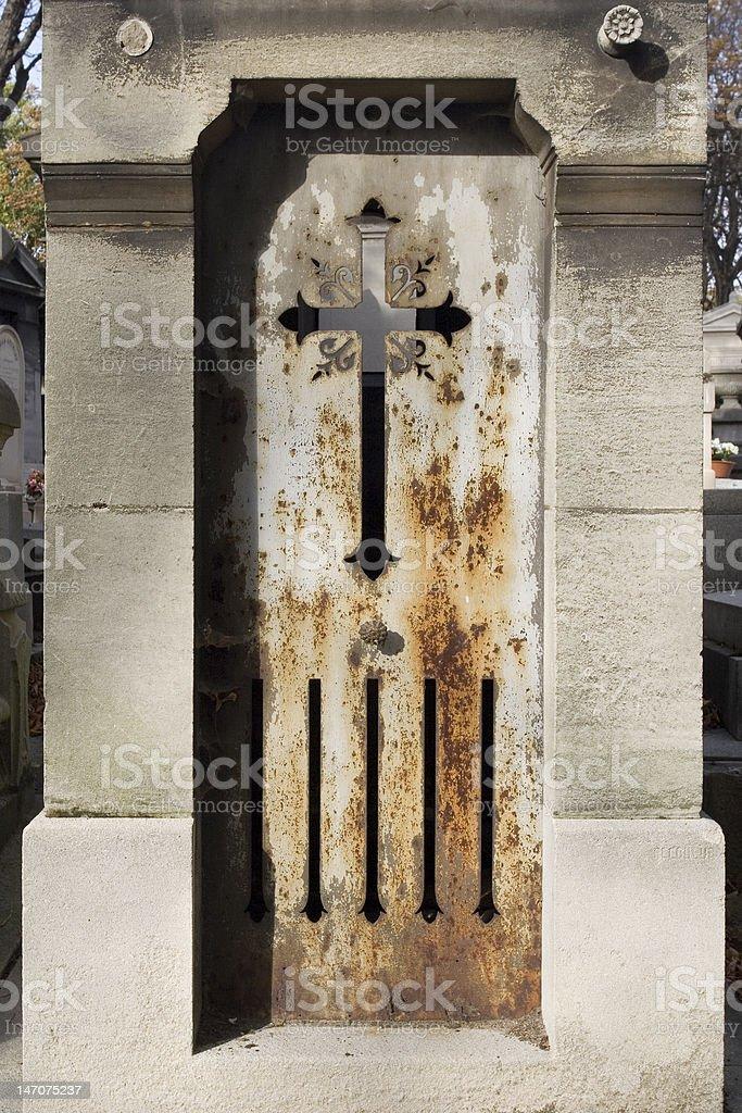 old rouillé Crypte porte avec croix photo libre de droits