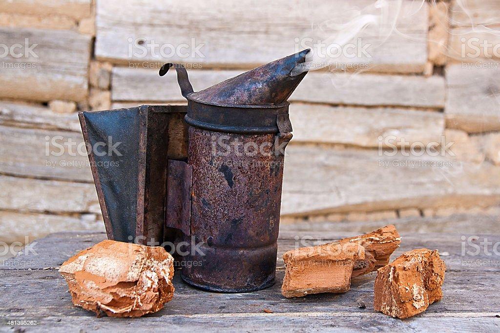 Old fumador en Colmena foto de stock libre de derechos