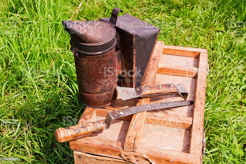 Old fumador en la caja de madera. foto de stock libre de derechos