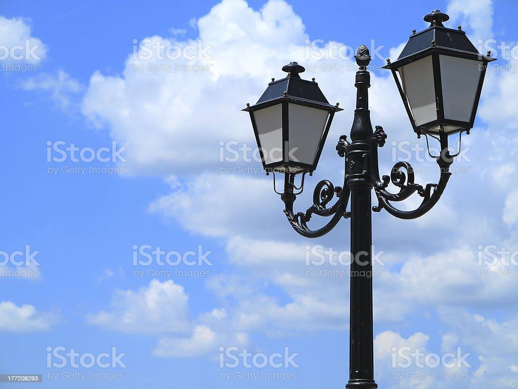 Antiga Rua decorada lamppost contra nublado céu azul foto de stock royalty-free