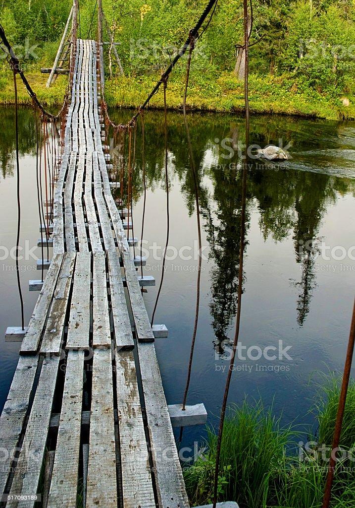 Old suspension pied Pont sur la rivière dans la forêt. photo libre de droits