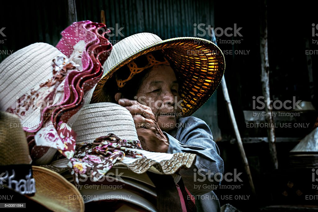 Tailandês antigo mulher chapéus de venda no Mercado Flutuante de Damnoen Saduak. foto royalty-free