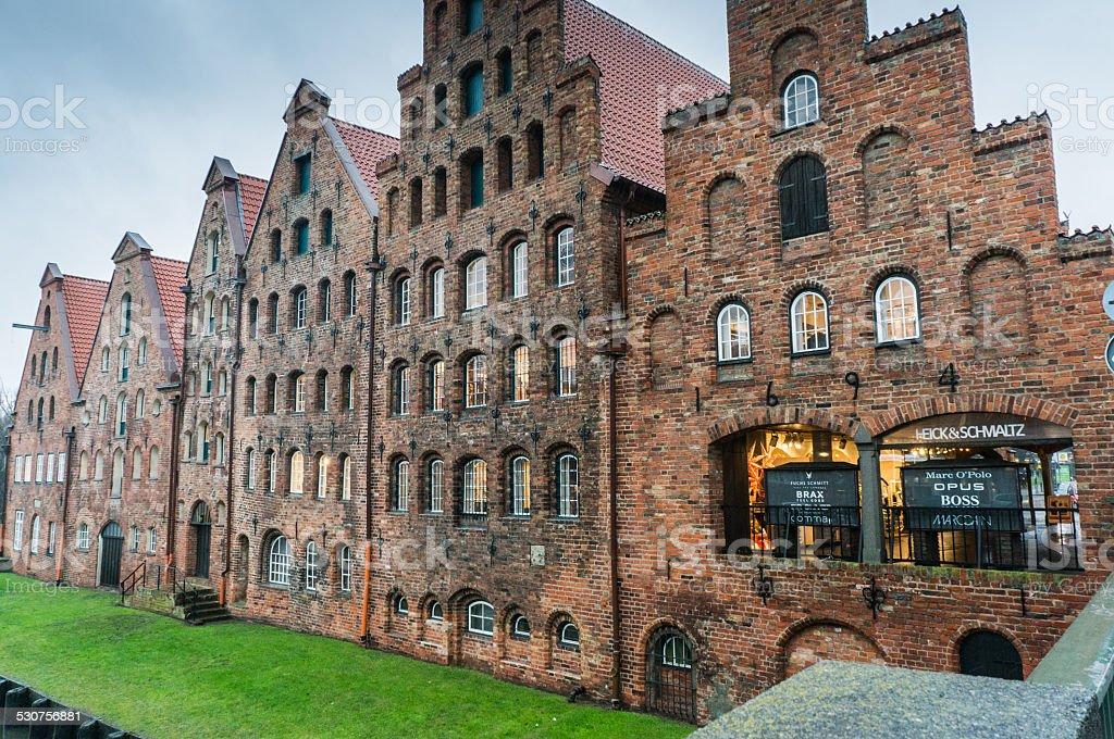 Città vecchia struttura con erba verde a Lubecca Germania foto stock royalty-free