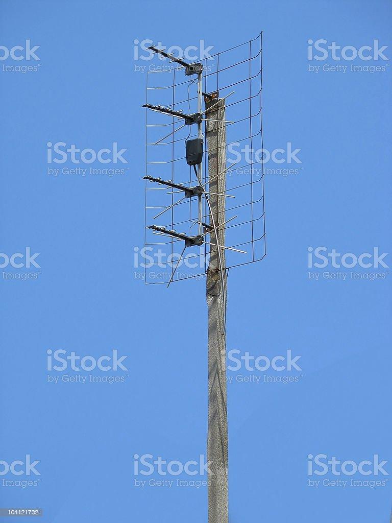 Antena de TV sobre o céu azul foto de stock royalty-free