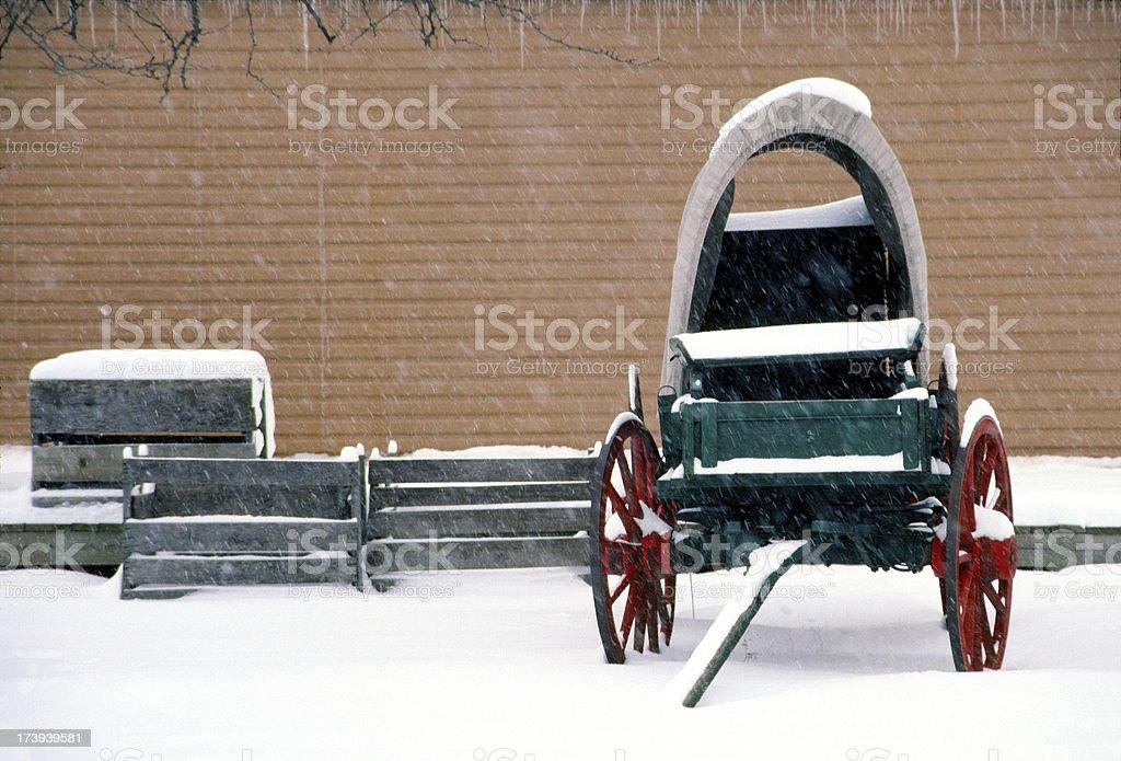 Vieux Wagon est inactif dans une forte neige en hiver photo libre de droits