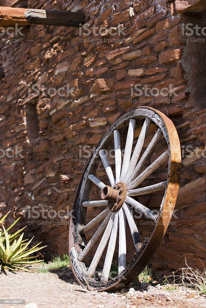 Vicino di un vecchio Muro di pietra ruota foto stock royalty-free