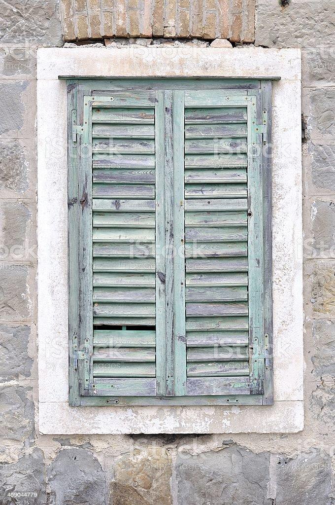 Stare okna z blue zamknięte rolety w domu zbiór zdjęć royalty-free