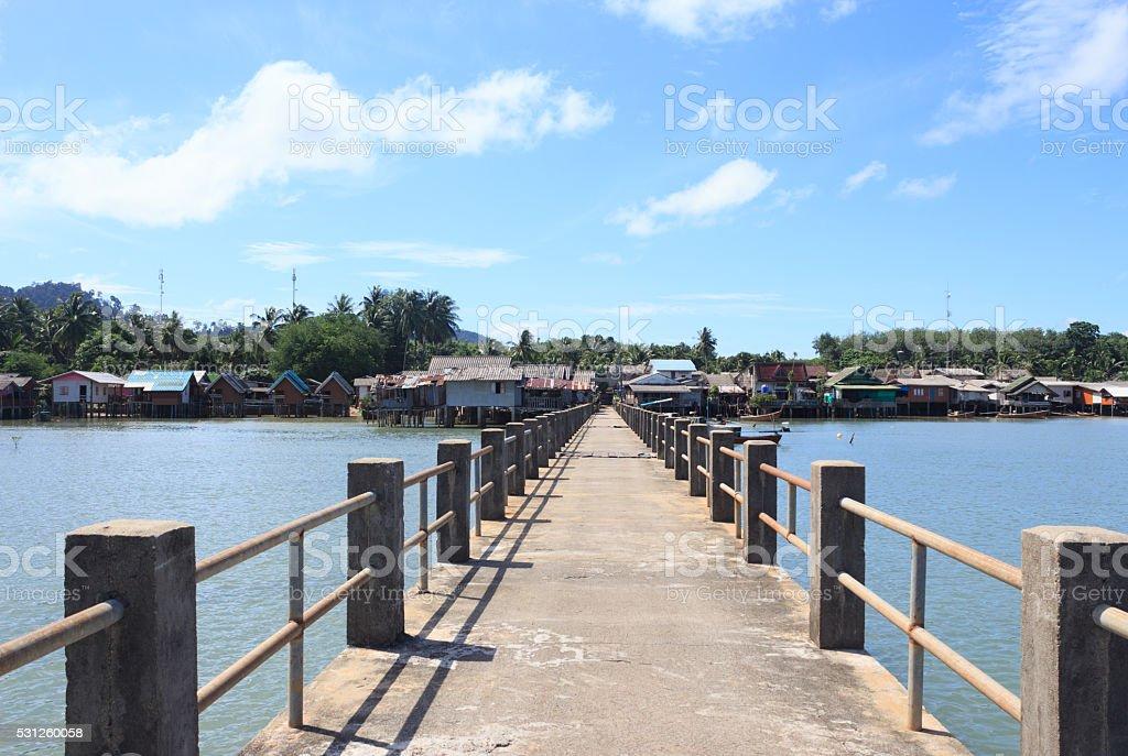 Старый деревянный мост и море, найти рай назначения путь Стоковые фото Стоковая фотография