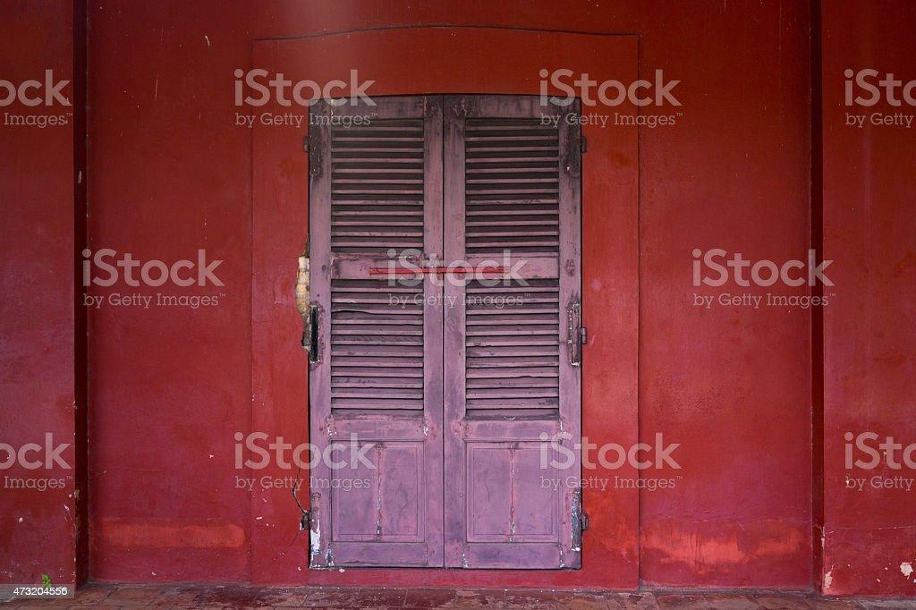 Vieille porte en bois sur le mur rouge photo libre de droits