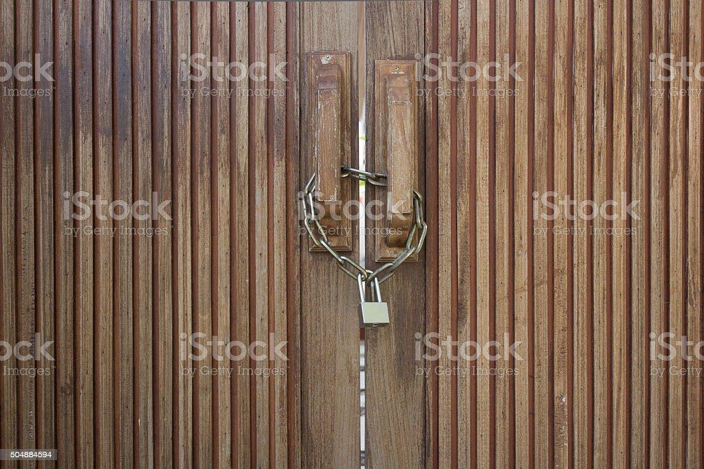 Vieille porte en bois avec chaîne en métal verrouillé photo libre de droits
