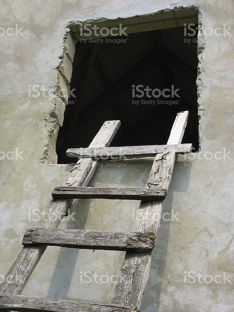 Escada de madeira velha para a janela sobre a parede foto de stock royalty-free