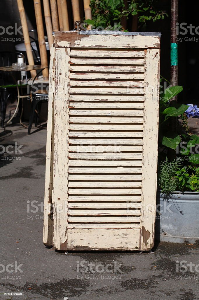 Alter Fensterladen aus Holz stock photo