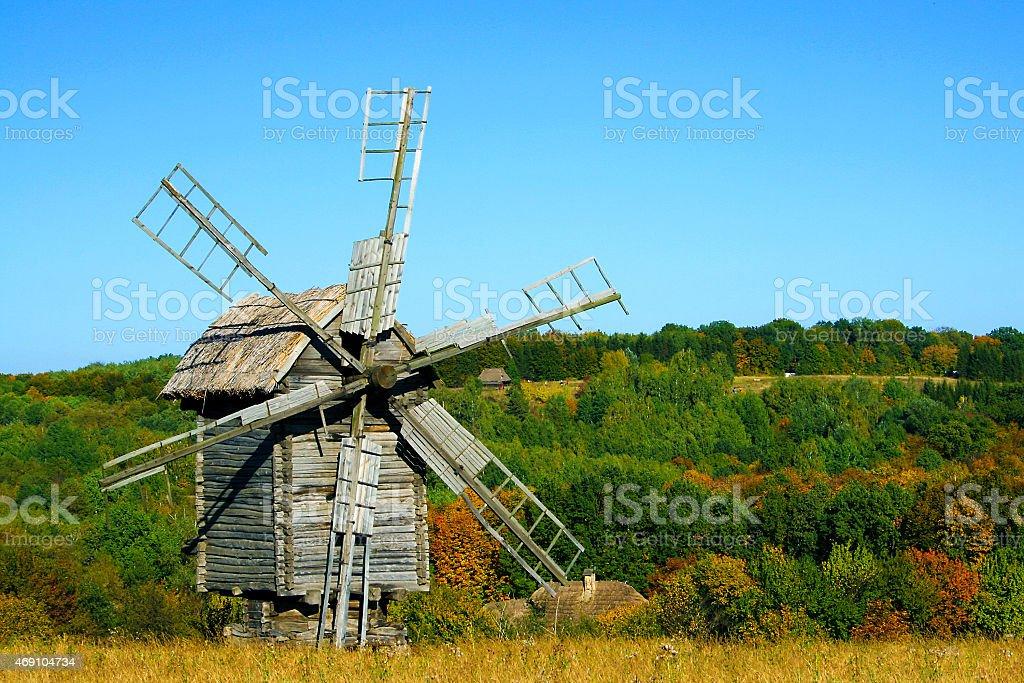 Antigua en otoño molinos de viento de madera foto de stock libre de derechos