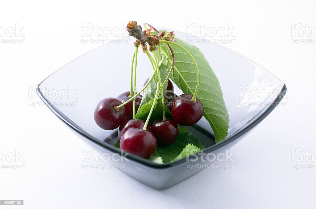 Su un piatto di ciliegie foto stock royalty-free