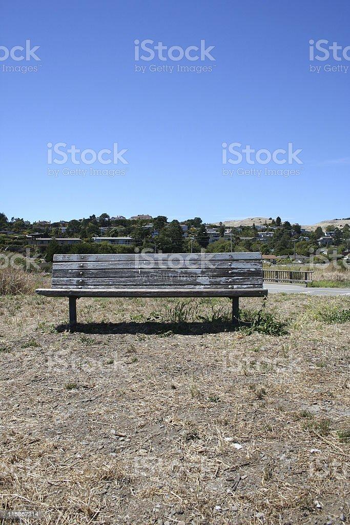 Un banc de parc isolé photo libre de droits