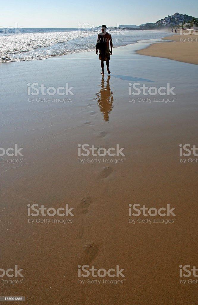 Un homme sur un Long voyage intemporel photo libre de droits