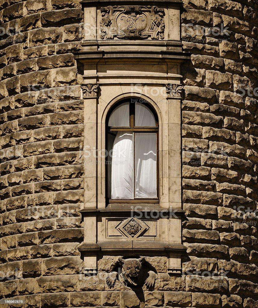 Offene Fenster im mittelalterlichen Turms Lizenzfreies stock-foto