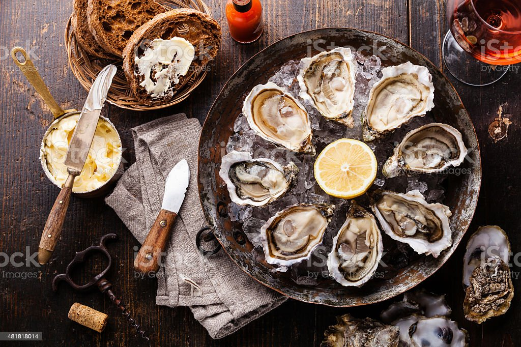 Eröffnete Austern mit dunklem Brot mit butter – Foto