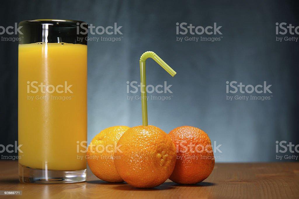 Sumo de laranja e laranjas com uma palhinha foto de stock royalty-free