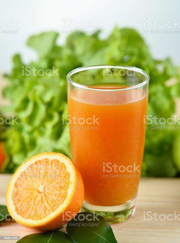 Sok pomarańczowy w szkła na drewnianym tle zbiór zdjęć royalty-free
